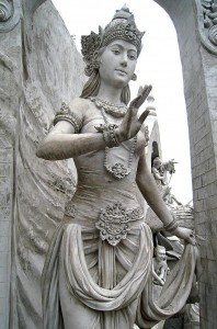 Statue_of_Goddess_or_Queen_at_Monas.JPG